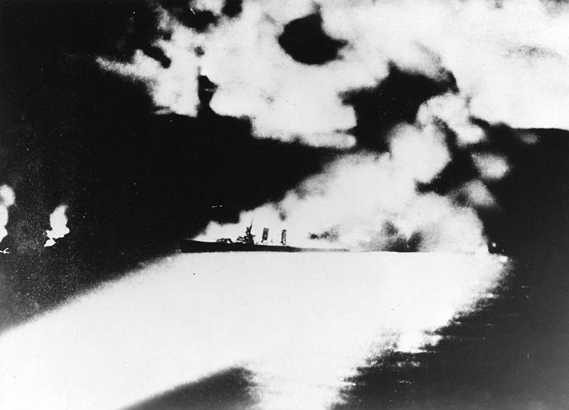 第一次ソロモン海戦で探照灯に照らされる米重巡クインシー