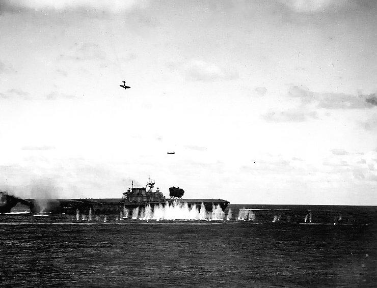 南太平洋海戦で日本海軍九九式艦上爆撃機の急降下爆撃を受ける空母ホーネット