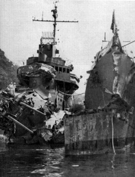 第二次ベララベラ海戦で損傷した米軍艦セルフリッジ(左)とオバノン