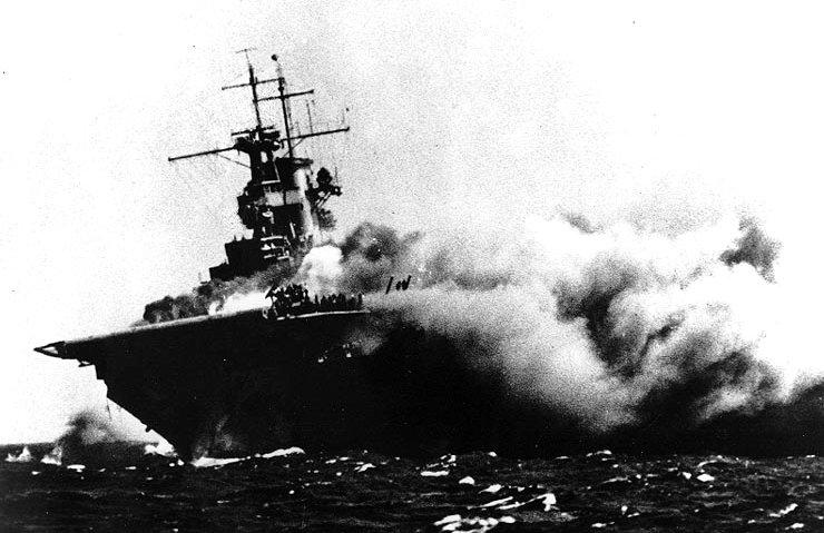 伊19潜水艦の雷撃により炎上する米空母ワスプ
