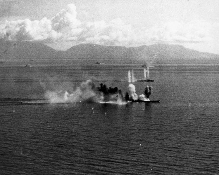 Musashi_under_fire レイテ沖海戦で攻撃を受けている戦艦武蔵、奥は護衛に付けられた駆逐艦の清霜