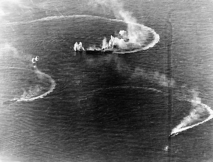 Japanese_aircraft_carrier_Zuikaku_and_two_destroyers_under_attack マリアナ沖海戦でアメリカ軍の攻撃を受ける空母瑞鶴と駆逐艦2隻
