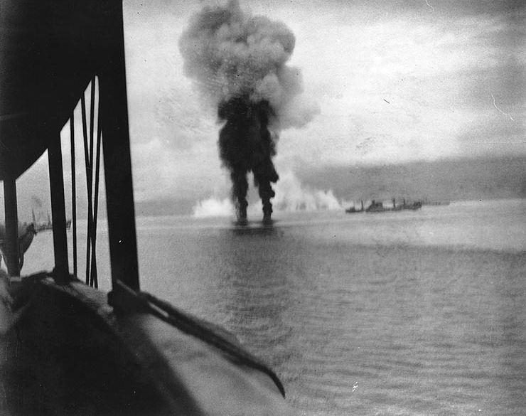 ガダルカナル島近海で撃墜される日本軍機