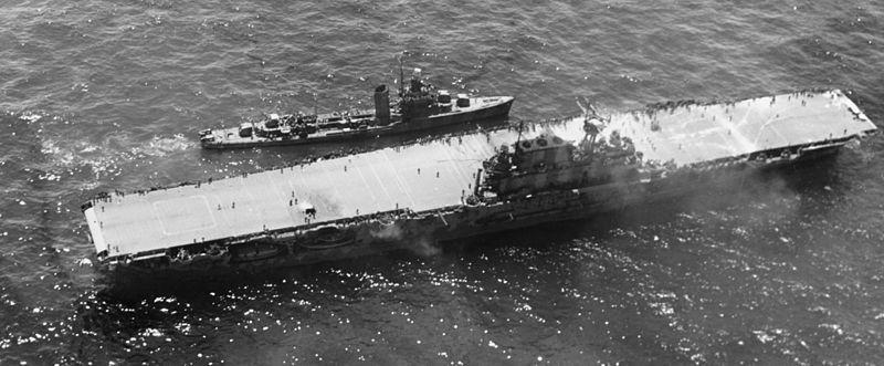 駆逐艦に乗員を退艦させる空母ホーネット