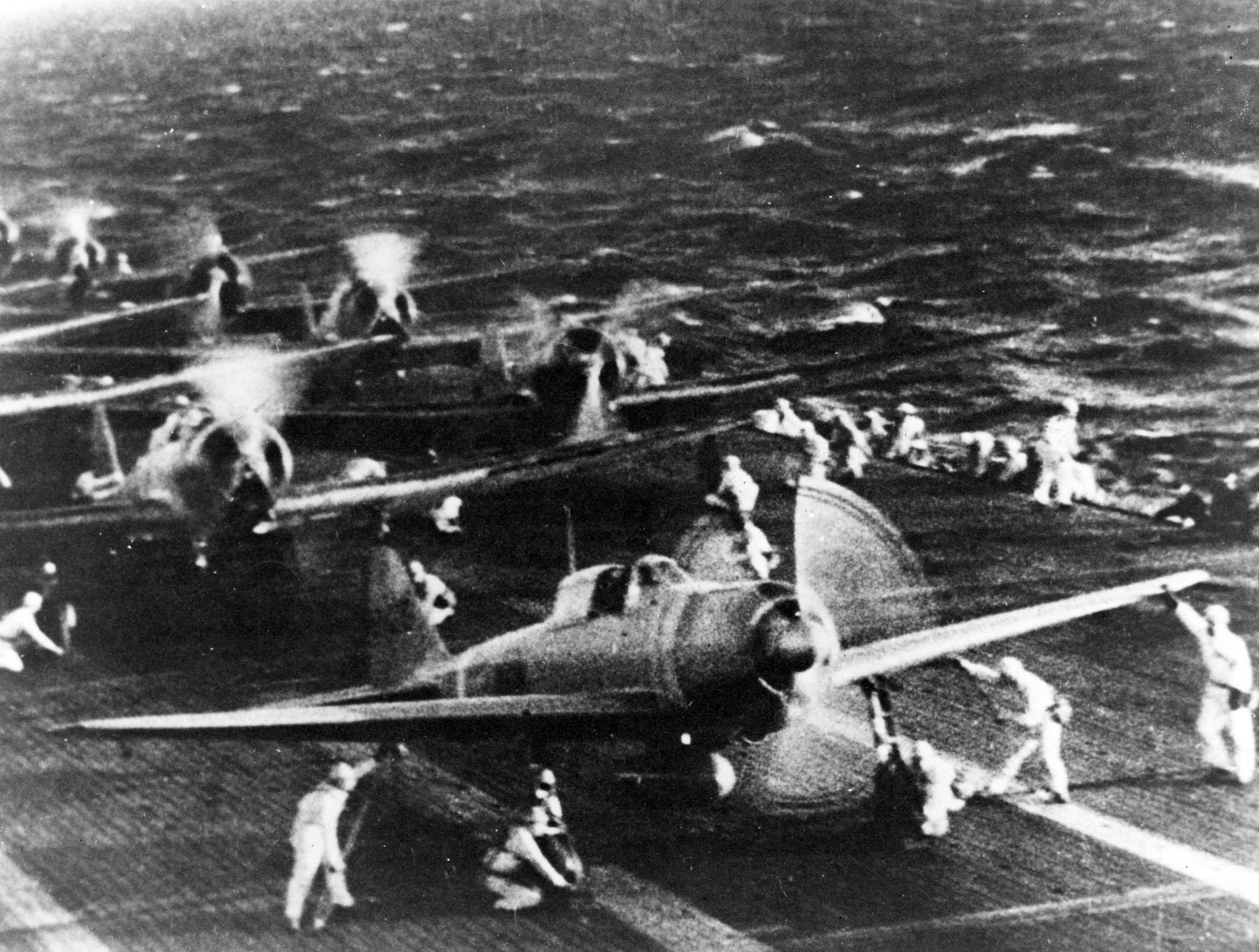 空母「翔鶴」(しょうかく)から真珠湾へ飛び立とうとする日本軍機