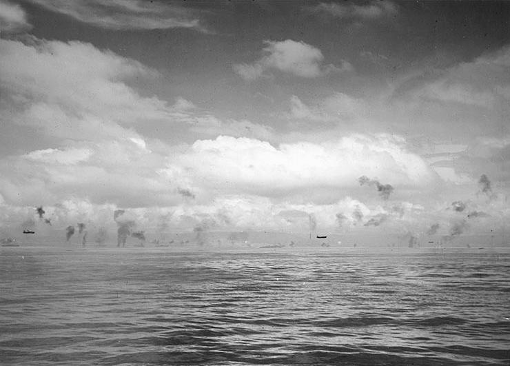 低空飛行で弾幕を潜りアメリカ艦隊に雷撃を試みる一式陸上攻撃機の編隊