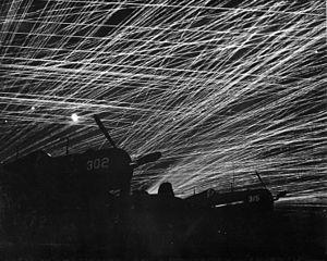 300px-OkinawaNightAA 飛行場空襲を妨げるアメリカ軍の対空砲火