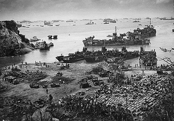 沖縄に上陸するアメリカ軍
