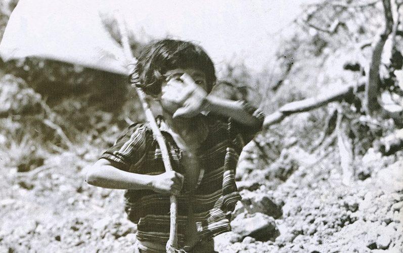 白旗を掲げる沖縄の少女