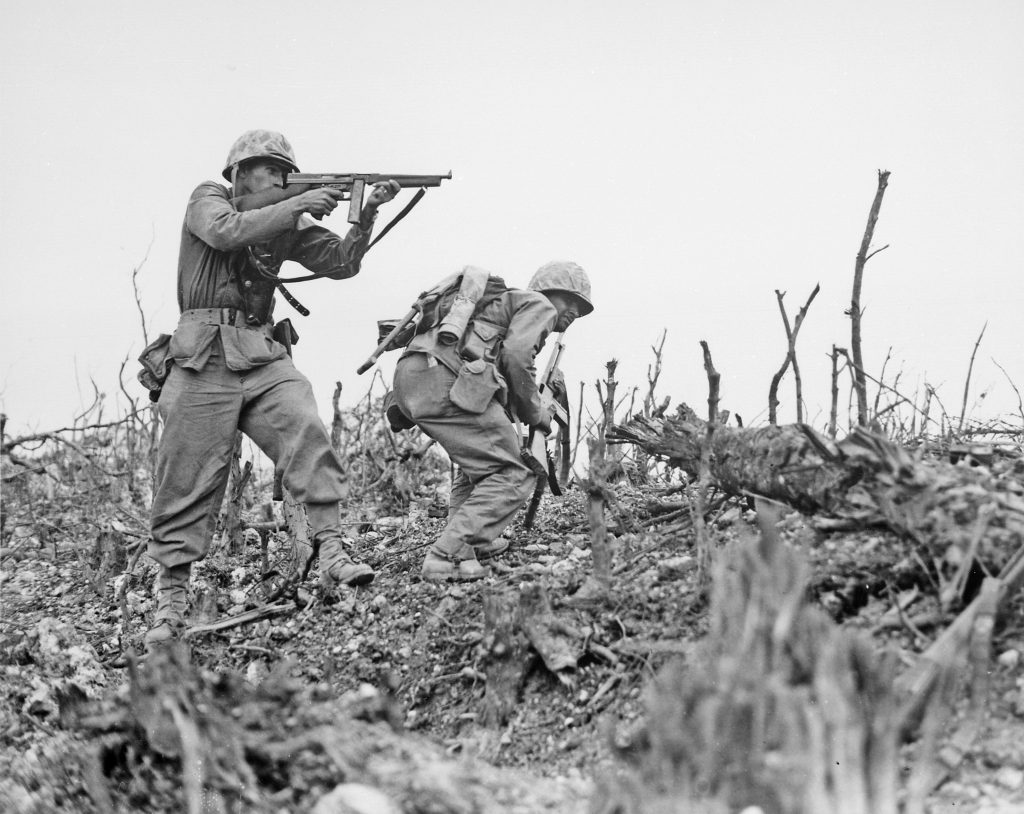 Two Marines from the 2nd Battalion, 1st Marines advance on Wana Ridge on 18 May 日本軍と交戦するアメリカ海兵隊(5月18日)