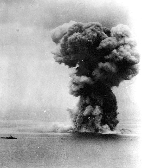 大爆発を起こし沈没する戦艦大和