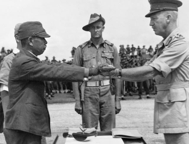 ニューギニア島にて、オーストラリアの第6師団ホレス・ロバートソン少将に軍刀を引き渡す日本の第18軍安達二十三司令官