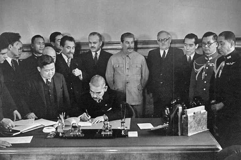 日ソ中立条約に署名する松岡洋右外相