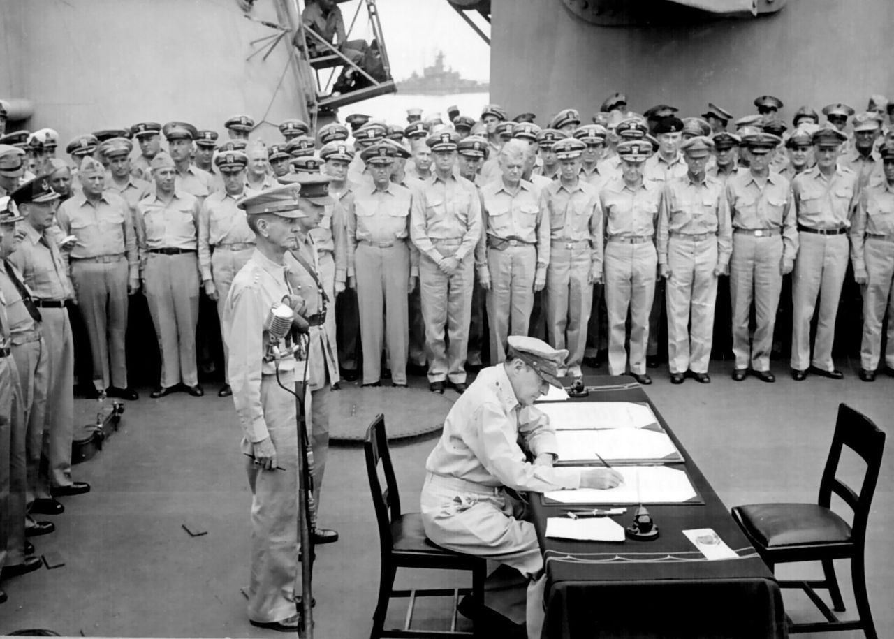 降伏文書に調印する連合国総司令官ダグラス・マッカーサー