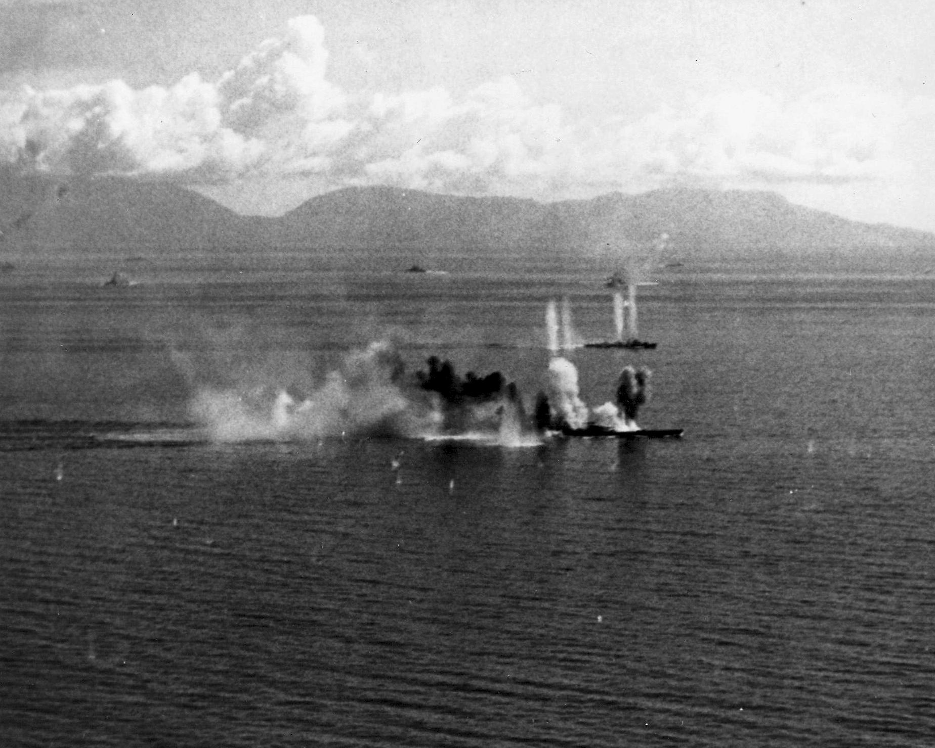 アメリカ軍艦載機の攻撃にさらされる戦艦武蔵