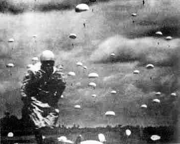 パレンバンに降下する日本陸軍の落下傘(パラシュート)部隊