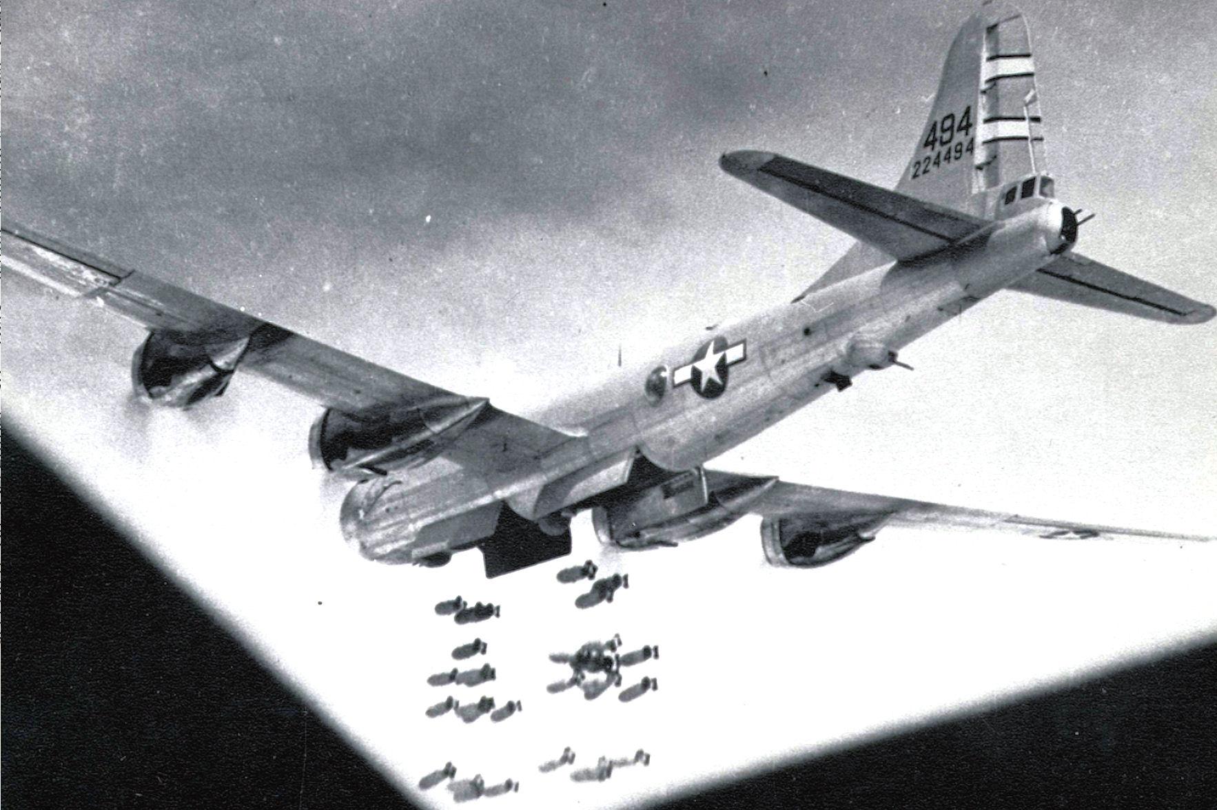 台湾を空襲するB-29