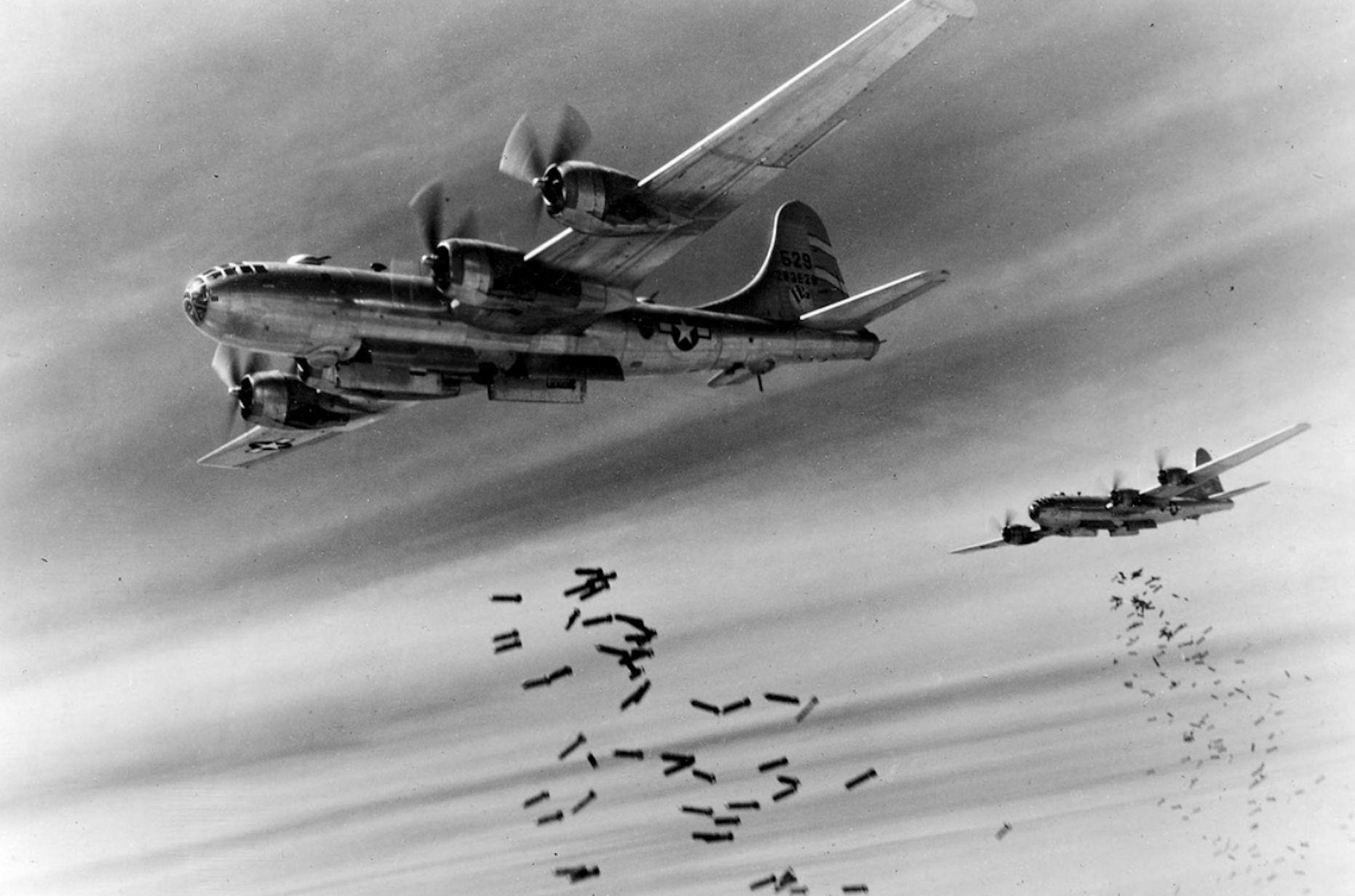 爆弾を投下するB-29(日本占領下のビルマ(ミャンマー)首都ラングーンで)