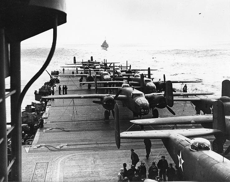 空母ホーネット飛行看板で待機するアメリカ陸軍爆撃機B-25