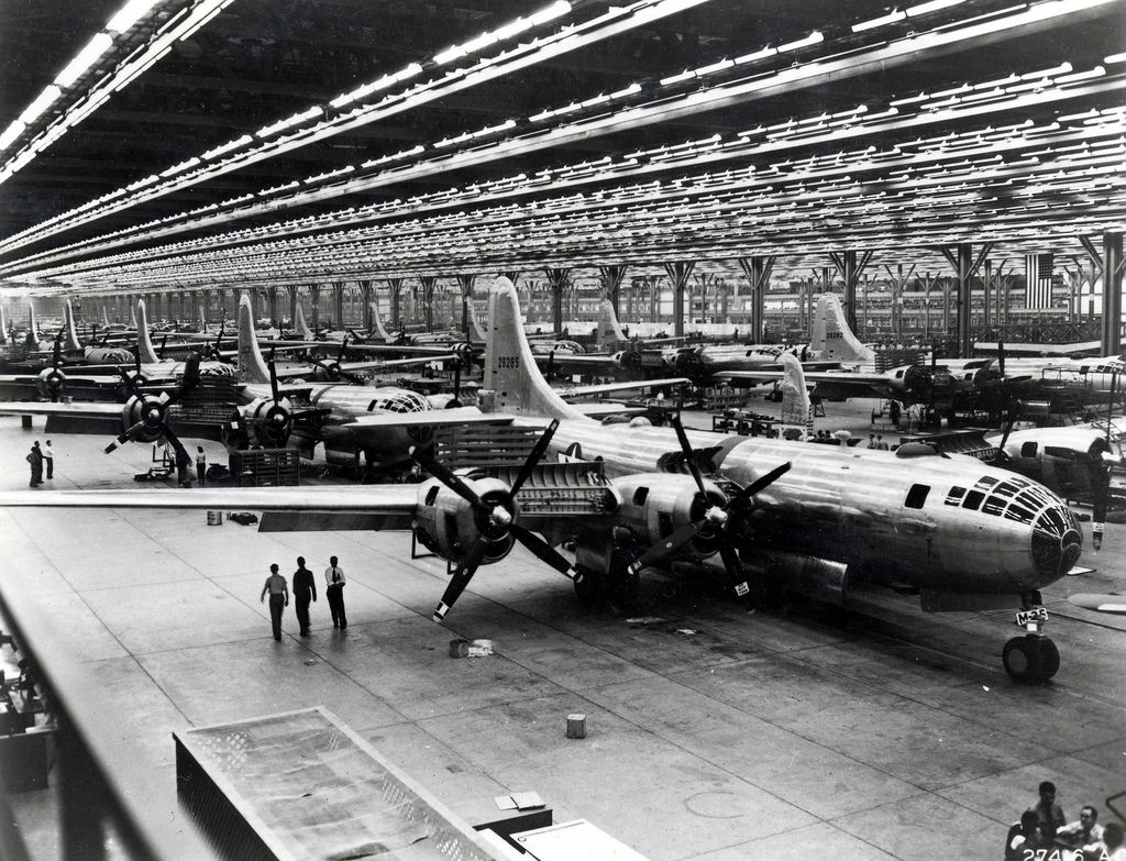 ボーイング社の工場で生産されるB-29