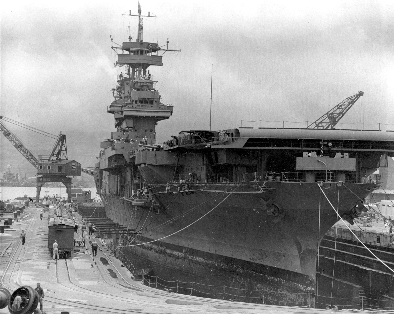 ハワイ真珠湾で修理中の空母「ヨークタウン」