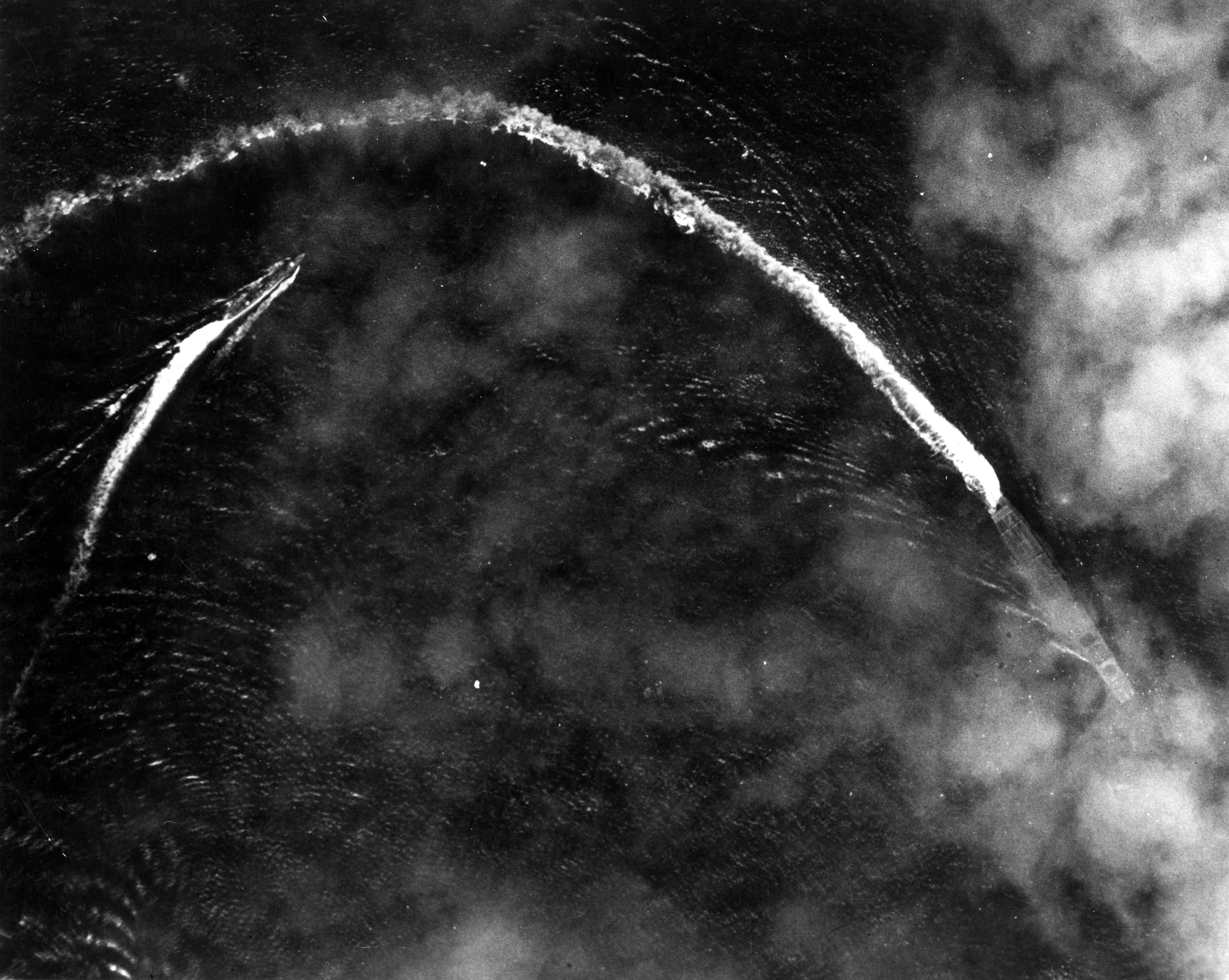 ミッドウェー海戦でアメリカ軍航空機の攻撃にさらされ、退避行動を取る空母「赤城」