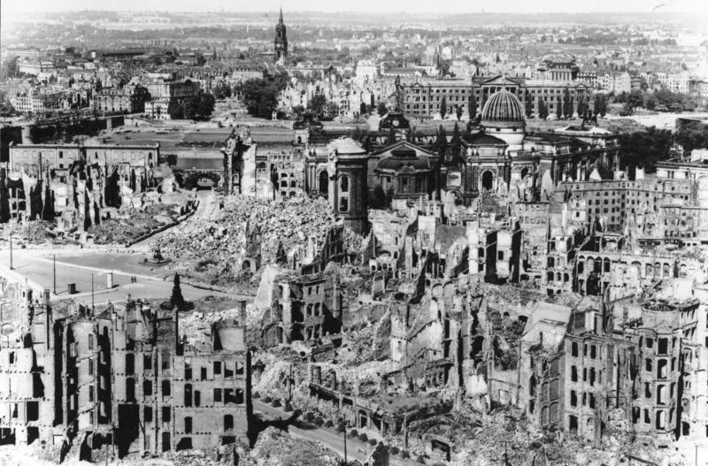 空襲後のドレスデン市街