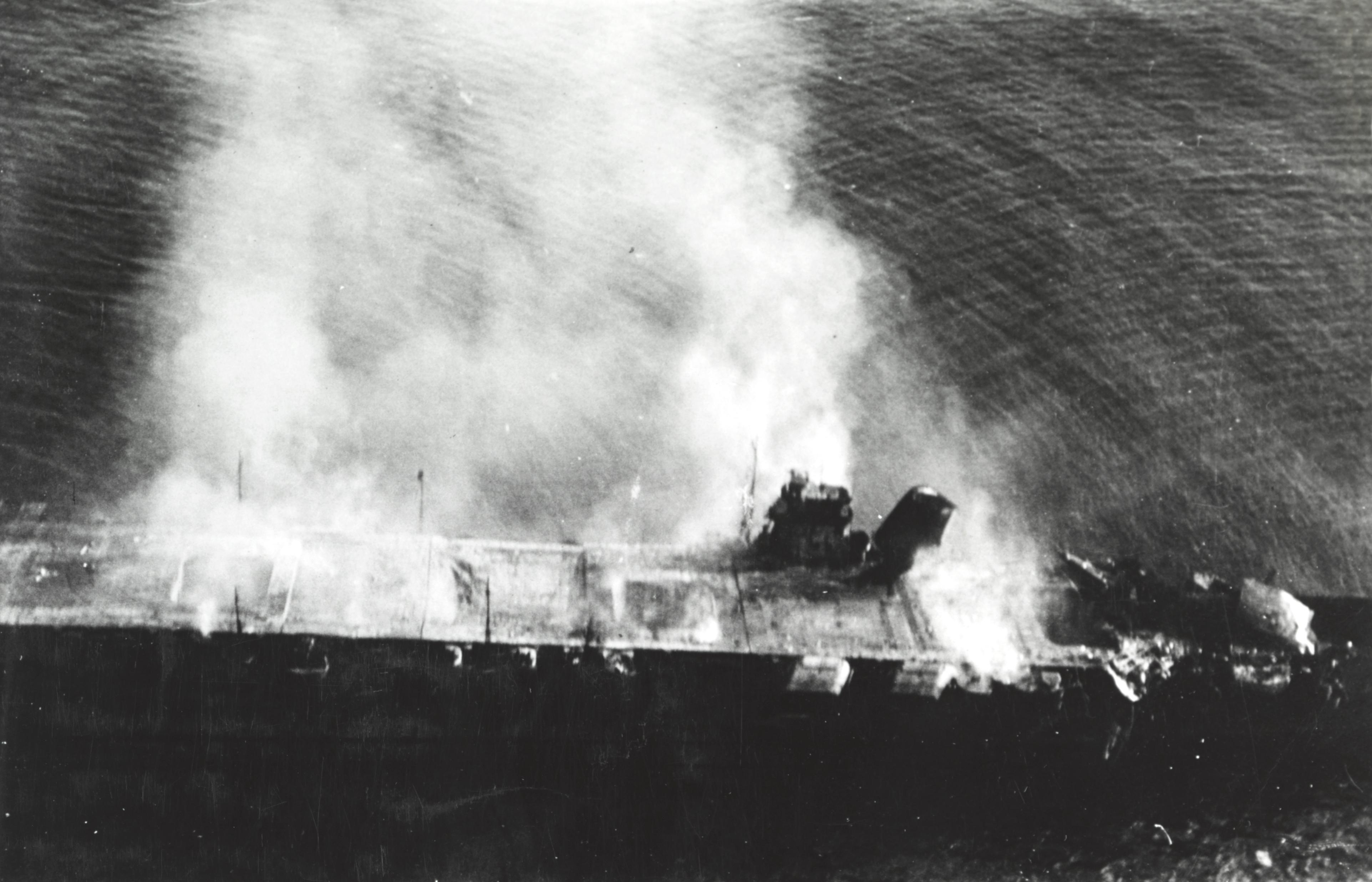 飛行甲板(ひこうかんばん)に爆弾を受け炎上する空母「飛龍」