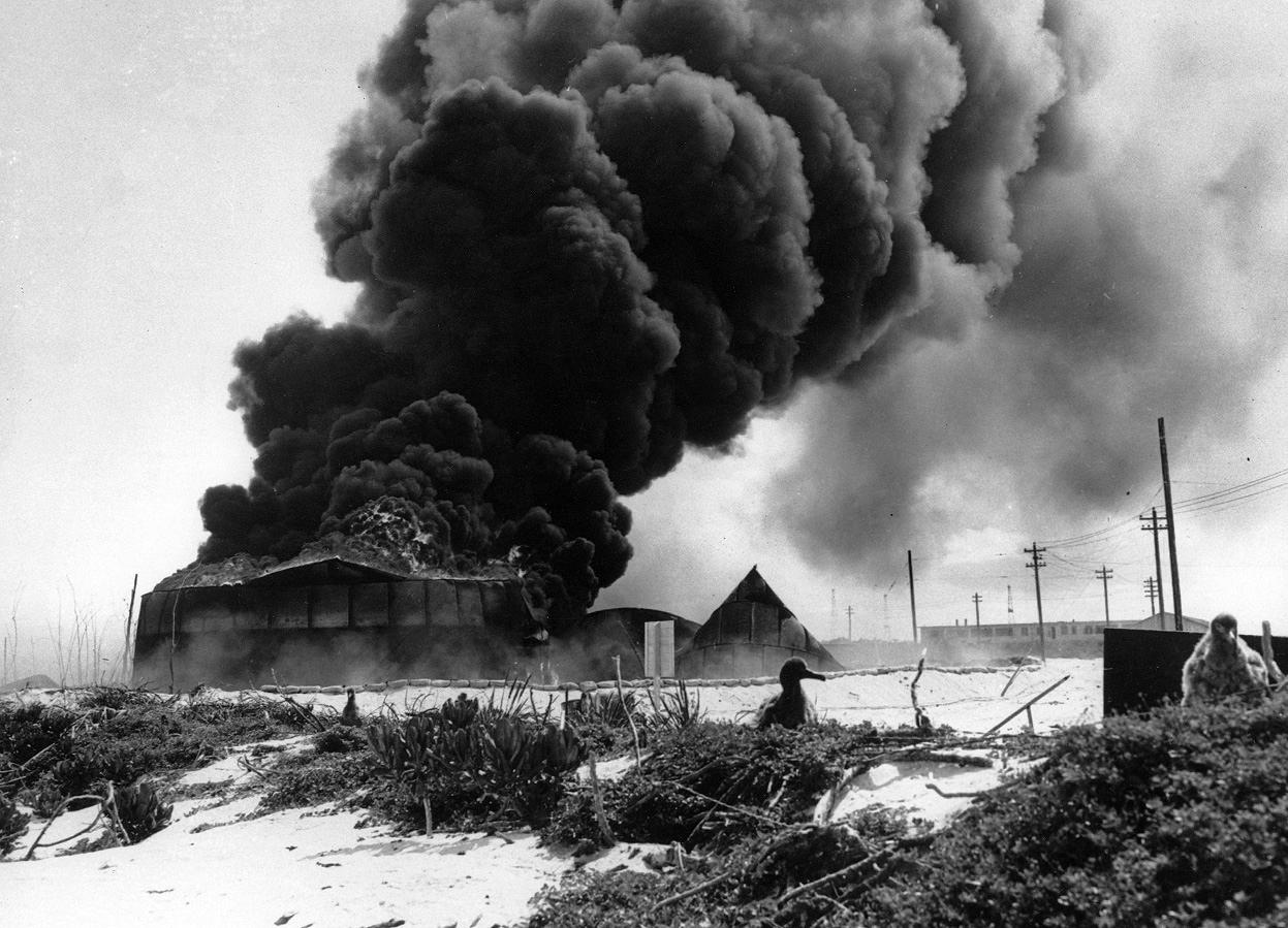 ミッドウェー島空襲で爆発するオイルタンク