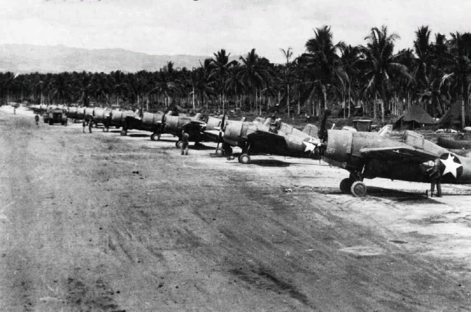 ガダルカナル島ヘンダーソン飛行場に並ぶアメリカ海軍グラマンF4F戦闘機