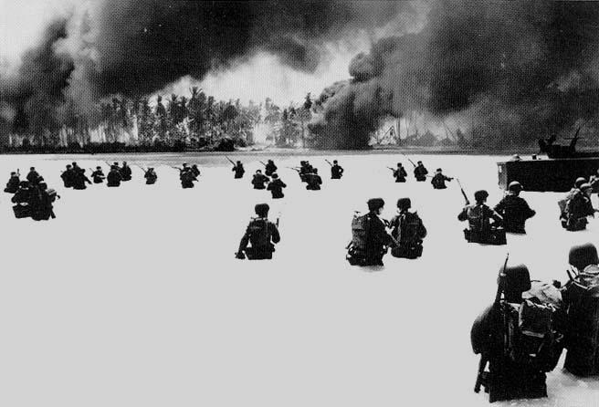 サンゴ礁の浅い海を歩いてマキンに上陸するアメリカ兵