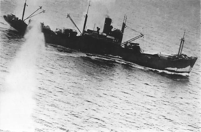 ダンピール海峡で連合軍の攻撃を受ける日本軍輸送船「太明丸」