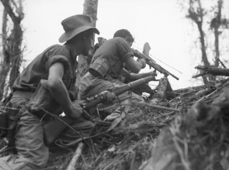 ウェワクで日本軍陣地を攻撃するオーストラリア兵(1945年6月)
