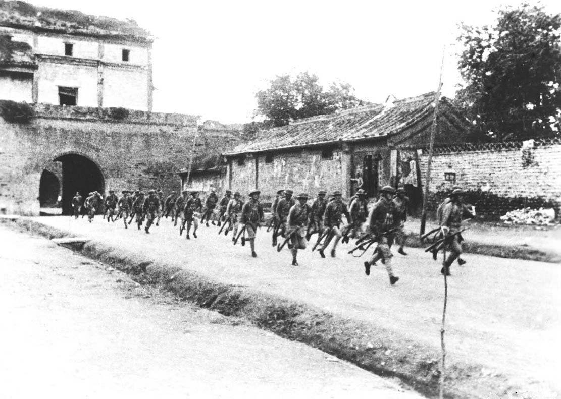 盧溝橋事件で宛平県城から出動する中国兵