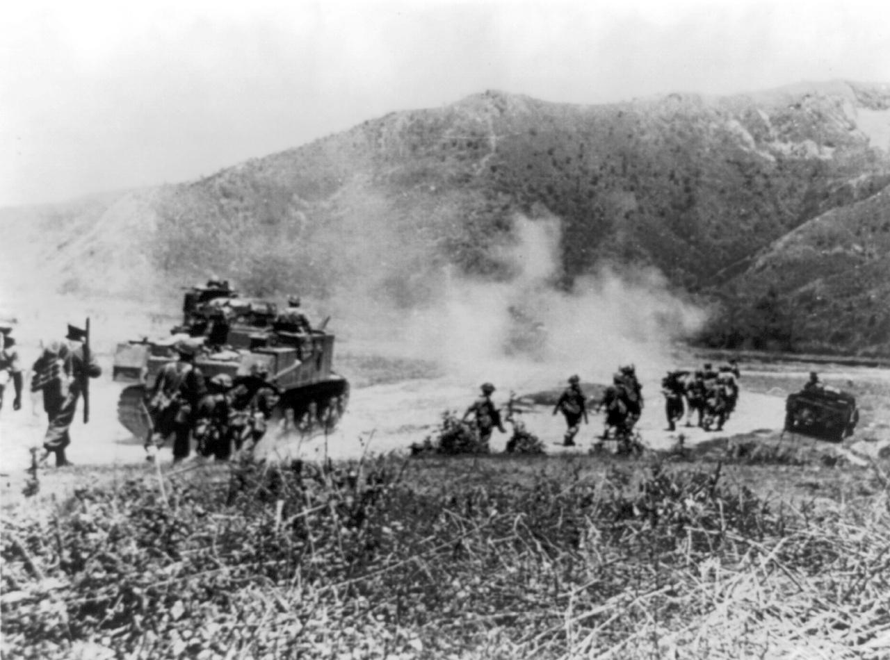 インパール-コヒマ間の路上を進撃する英印軍(ネパール山岳民族による「グルカ兵」)。アメリカ軍のM3中戦車を伴っている。