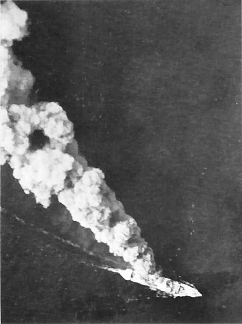 ダンピール海峡で連合軍の攻撃を受け炎上する日本軍輸送船「旭盛丸」