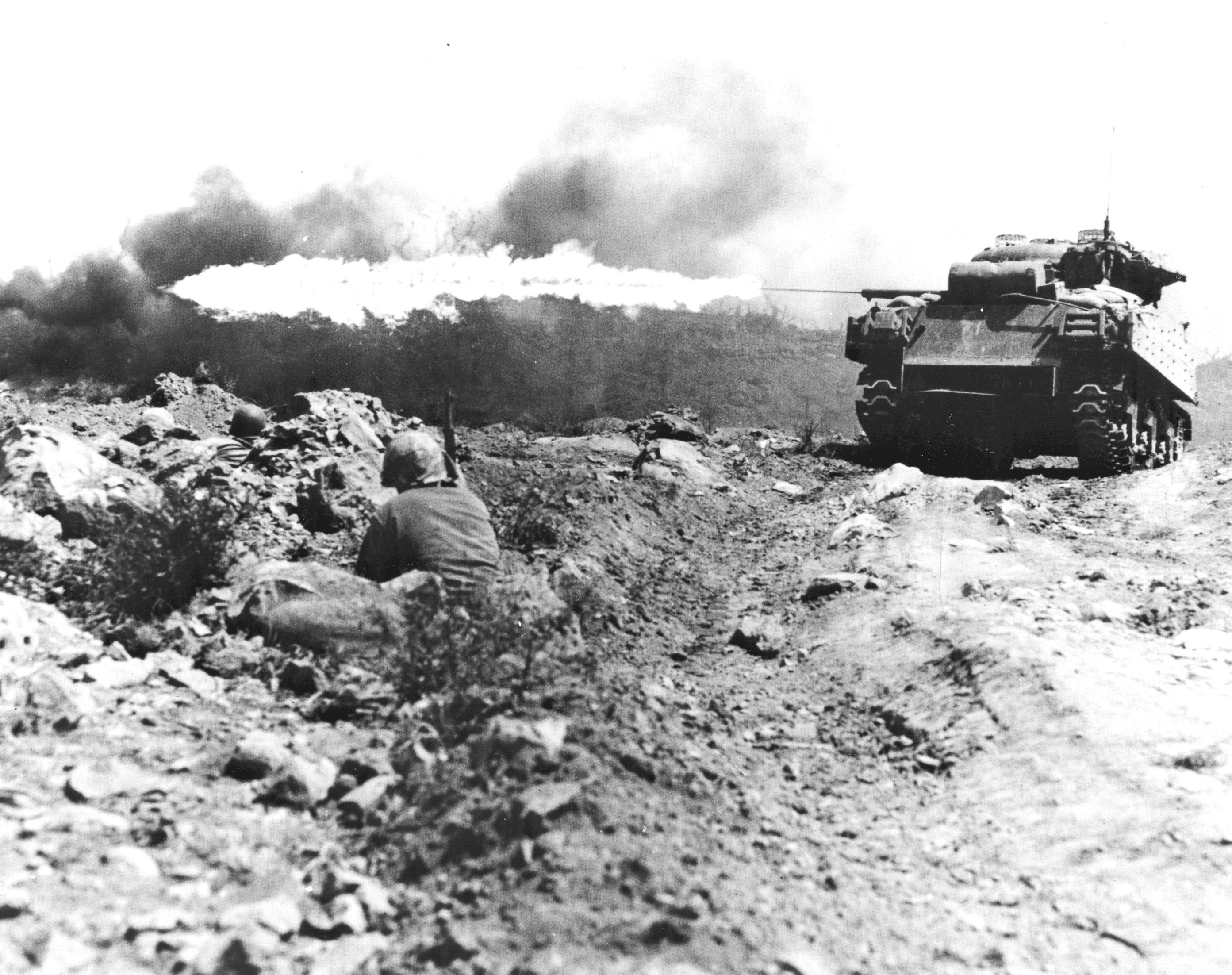 硫黄島の壕を焼くアメリカの火炎砲戦車(M4A3シャーマン)