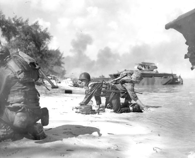 サイパンに上陸するアメリカ海兵隊