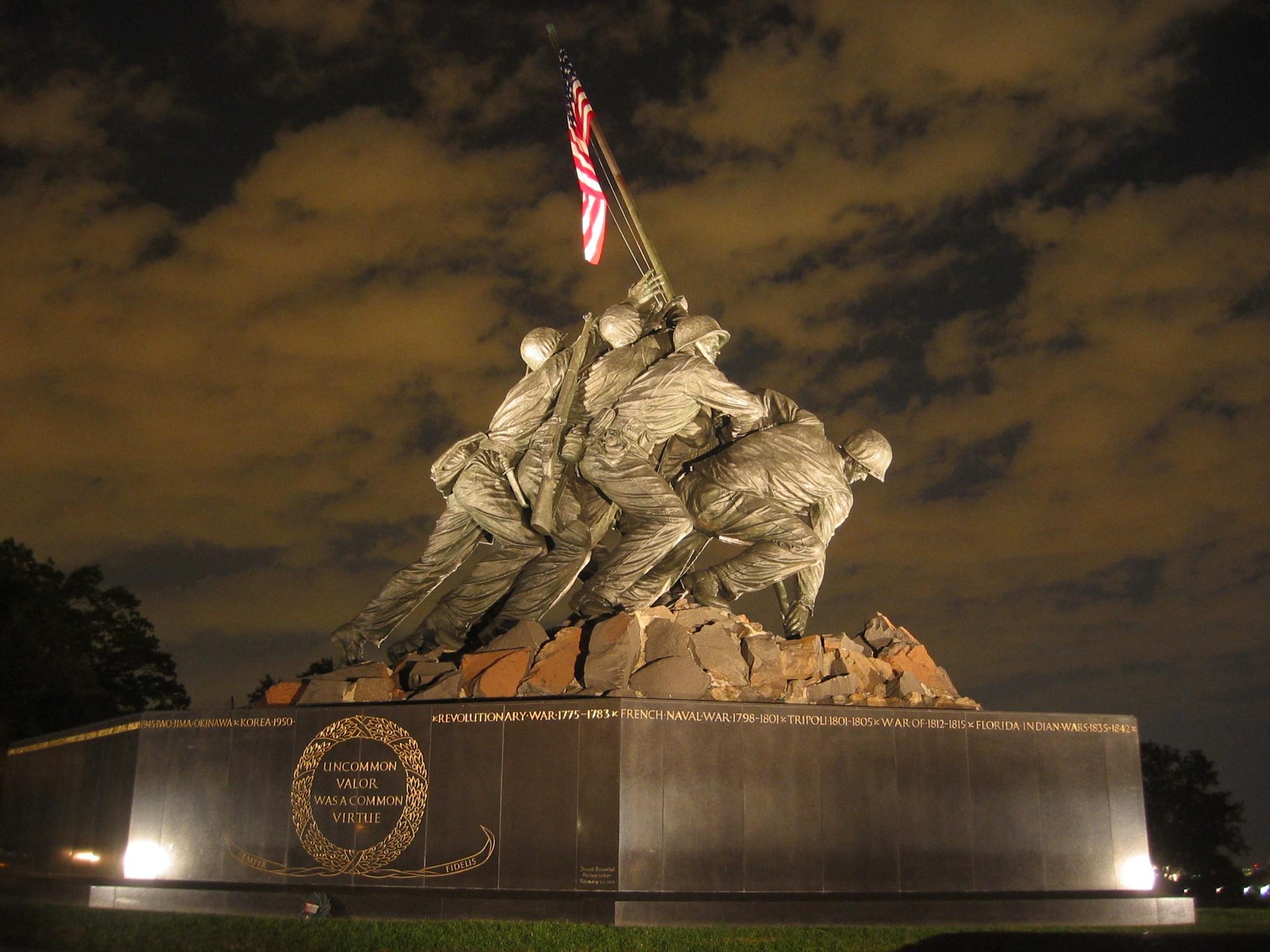 摺鉢山に旗を立てる写真をかたどった、合衆国海兵隊戦争記念碑